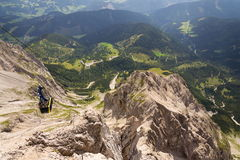 Touristen auf Gondel in der Bergstation der Dachstein-Drahtseilbahn am 17. August 2017 in Ramsau morgens Dachstein, Österreich Lizenzfreies Stockfoto
