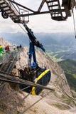 Touristen auf Gondel in der Bergstation der Dachstein-Drahtseilbahn am 17. August 2017 in Ramsau morgens Dachstein, Österreich Lizenzfreie Stockfotografie