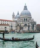 Touristen auf Gondel in Venedig Stockbild