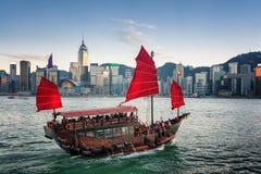 Touristen auf hölzernem Segelschiff kreuzt Victoria-Hafen Stockfotos