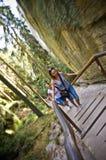 Touristen auf hölzernem Weg, Felsen-Stadtpark, Adrspach, Tschechische Republik Stockbild