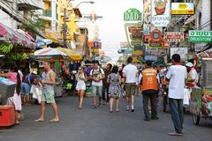 Touristen auf Khao San Straße in Bangkok Lizenzfreie Stockfotos