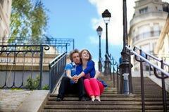 Touristen auf Montmartre, das an den Treppen sitzt Lizenzfreies Stockbild