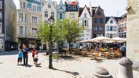 Touristen auf Munsterplatz nahe Aachen-Kathedrale Stockfotografie