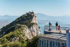 Touristen auf oberen Felsen Stockbild