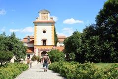 Touristen auf Palast Kratochvile Stockfoto