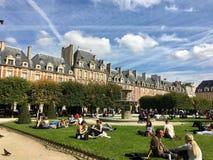 Touristen auf Platz-DES Vosges Paris Stockbild