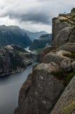 Touristen auf Preikestolen-Klippe in Norwegen, Lysefjord-Ansicht Stockfotografie