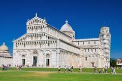 Touristen auf Quadrat von Wundern lehnenden Turm in Pisa, Italien besuchend Stockfotografie