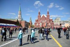Touristen auf Rotem Platz auf dem Hintergrund des Zustands-historischen Museums Stockfotos