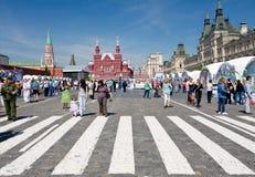 Touristen auf rotem Quadrat am Sommertag Stockfoto