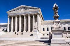 Touristen auf Schritten des Gebäudes des Obersten Gerichts in Washington, DC lizenzfreie stockfotos