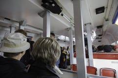 Touristen auf Shuttle-Boot Stockbild