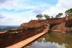 Touristen auf Sigiriya-Felsen lizenzfreie stockbilder