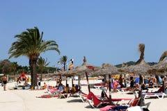 Touristen auf spanischem Strand Lizenzfreies Stockfoto