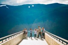 Touristen auf Stegastein-Standpunkt (Aurland, Sogn Og Fjordane noch Lizenzfreie Stockfotos