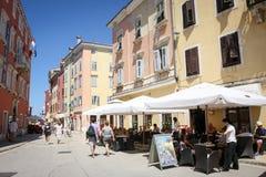 Touristen auf Straße in Rovinj Lizenzfreies Stockfoto