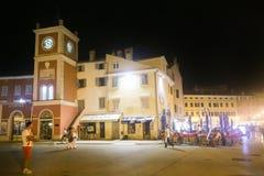 Touristen auf Straßen von Rovinj Lizenzfreie Stockfotos