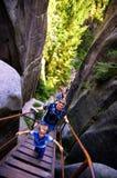Touristen auf Treppe, Adrspach-Felsen-Stadt, Tschechische Republik Stockfotografie