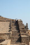 Touristen auf Treppen, Golconda Fort, Hyderabad Stockbild