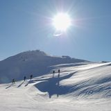 Touristen auf Winterweg Lizenzfreie Stockbilder