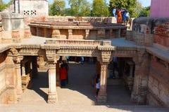 Touristen bei Adalaj Stepwell in Ahmedabad, Gujarat, Indien Das stepwell wurde im Jahre 1498 von König Mohammed Begda für Königin Lizenzfreies Stockbild