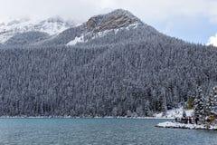 Touristen bei Lake Louise in Nationalpark Banffs lizenzfreie stockfotografie