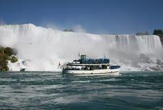 Touristen bei Niagara Falls Stockbild