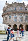 Touristen bei Piazza De Ferrari, Genua, Italien lizenzfreie stockbilder