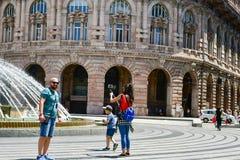 Touristen bei Piazza De Ferrari, Genua, Italien stockfotografie