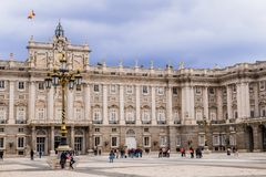 Touristen bei Royal Palace von Madrid, Spanien lizenzfreie stockbilder
