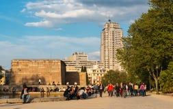 Touristen bei Templo de Debod in Madrid an der Dämmerung Lizenzfreie Stockfotografie