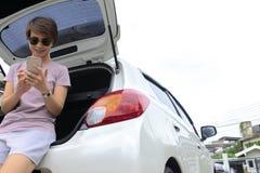 Touristen benutzen Smartphones, um Informationen zu finden lizenzfreie stockfotos