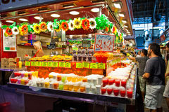 Touristen in berühmtem La Boqueria Markt Lizenzfreie Stockbilder