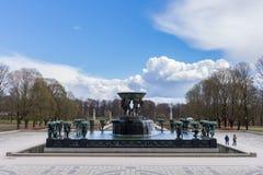Touristen besichtigen den berühmten Vigeland-Park in Oslo, die Parkwirte lizenzfreie stockfotos