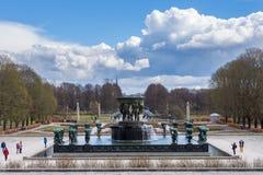 Touristen besichtigen den berühmten Vigeland-Park in Oslo, die Parkwirte lizenzfreies stockbild