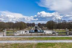 Touristen besichtigen den berühmten Vigeland-Park in Oslo, die Parkwirte stockfoto