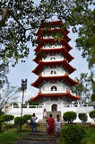 Touristen besichtigen die große Pagode im chinesischen Garten, Singapur Stockfotografie