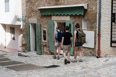 Touristen besichtigen ein kleines Dorf in Provence in Frankreich lizenzfreies stockfoto