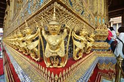 Touristen besichtigen königlichen großartigen Palast Stockfotografie