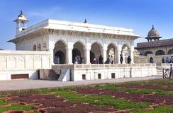 Touristen besichtigen weißen Palast im roten Fort Agra am 28. Januar 2014 in Agra, Uttar Pradesh, Indien Das Fort ist das alte Mu Stockbilder
