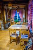 Touristen besichtigten das Restaurant, deren Innenraum in der mittelalterlichen Art gemacht wird Stockbilder