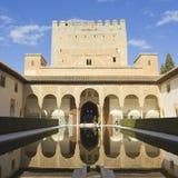 Touristen besuchen den königlichen Komplex von Alhambra Stockbilder
