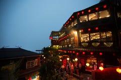 Touristen besuchen die berühmte alte Straße Jiufen in Taipeh, Taiwan lizenzfreie stockfotos