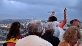 Touristen betrachten die alte Stadtansicht Jerusalems Stockbild