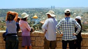 Touristen betrachten die alte Stadtansicht Jerusalems Lizenzfreie Stockbilder