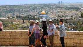 Touristen betrachten die alte Stadtansicht Jerusalems Stockfoto