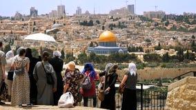 Touristen betrachten die alte Stadtansicht Jerusalems Lizenzfreie Stockfotografie