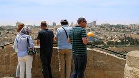 Touristen betrachten die alte Stadtansicht Jerusalems Lizenzfreies Stockbild