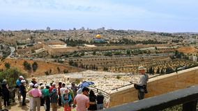 Touristen betrachten die alte Stadtansicht Jerusalems Stockbilder